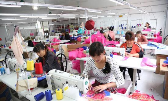 正在忙着加工服装的大集女性们