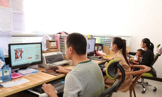 在电脑前忙碌的大集年轻人
