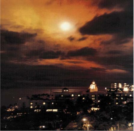 (约翰斯岛空爆核试验产生的巨大光亮照亮了一千多公里外的檀香山的夜空)