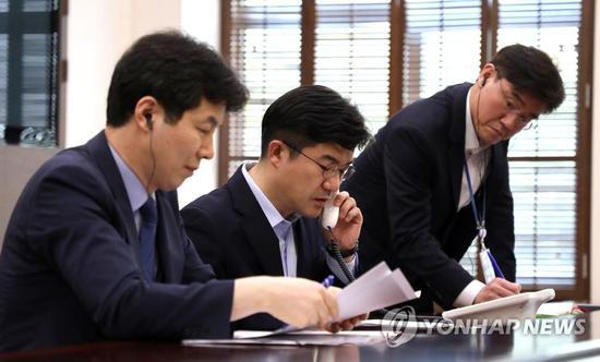 韩朝首脑热线试通话(图片来源:韩联社)