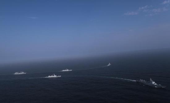 """海军编队为香港""""绿宝石""""号商船伴随护航(图)"""