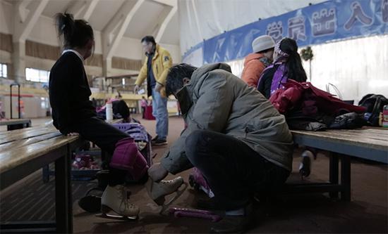 姜輝爲女兒穿滑冰鞋。澎湃新聞記者 張敏 圖