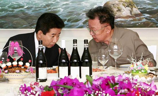 2018-08-16,朝鲜平壤,时任朝鲜领导人金正日(右)和时任韩国总统卢武铉(左)在宴会上交谈。