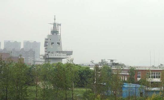 """此前网络上流传的武汉""""航母楼"""",可见其舰岛外形与新型国产航母效果图高度相似"""