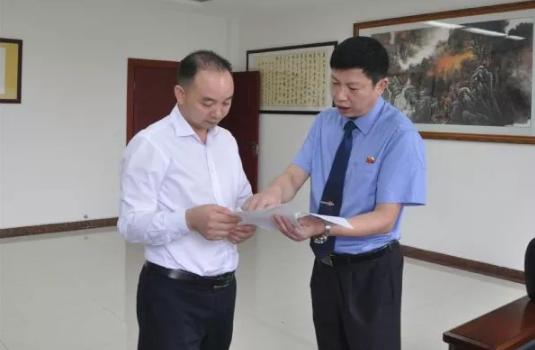 大足区人民检察院检察官唐浩(右)。来自大足区检察院官网