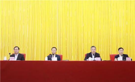 在全市领导干部大会上,省委常委、组织部长邹铭宣读省委决定。
