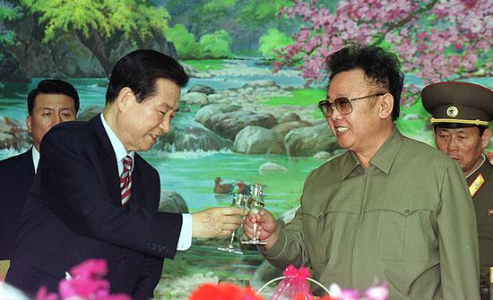 金正日(右)和金大中(左)碰杯。