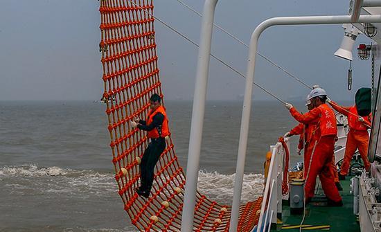 演习现场,救援船救落水的人。