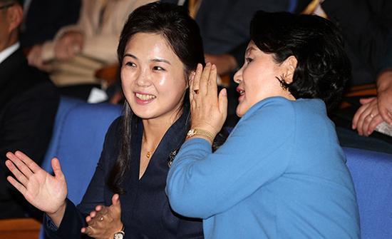 9月18日,訪問金元均音樂綜合大學的金正淑女士(右)和李雪主女士正在參觀管弦樂團演出。
