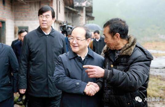 2016年1月,时任江西省省长的鹿心社在赣州瑞金老区调研(图/中国经济周刊)