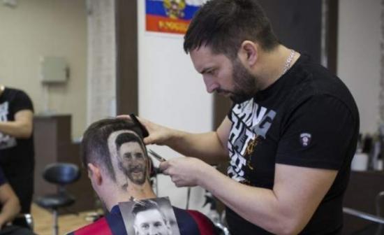 视频:世界杯将近 理发师靠剃梅西头像发型大赚一笔