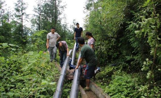 施工方正在对问题堰渠进行整改。@屏山新市镇 图