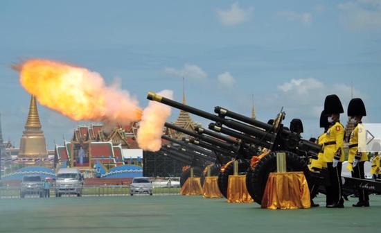 ·当天中午12时,国王卫队第1野战炮兵团鸣放了21响礼炮为王太后庆生。