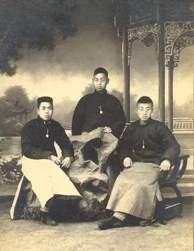 1923年冬与南京高师同学合影,赵忠尧(中)