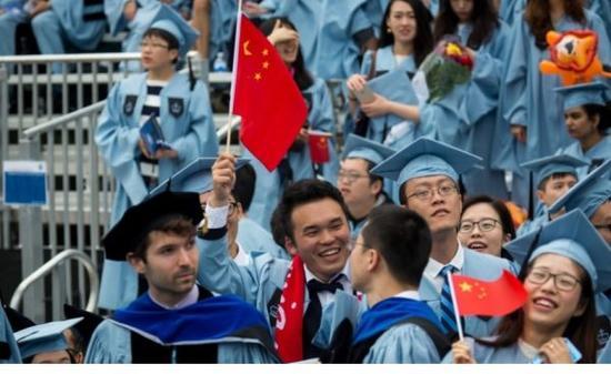 5月16日,毕业生在美国哥伦比亚大学毕业典礼上手持中国国旗。(香港《南华早报》网站)