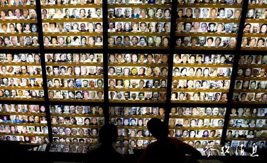 人們在侵華日軍南京大屠殺遇難同胞紀念館參觀
