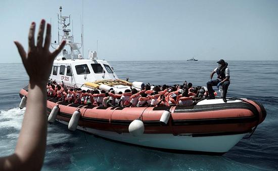 难民被救出(图自:路透社)