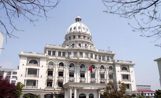 ▲江苏省淮安市涟水县环境保护局被网友称为山寨版的美国白宫。