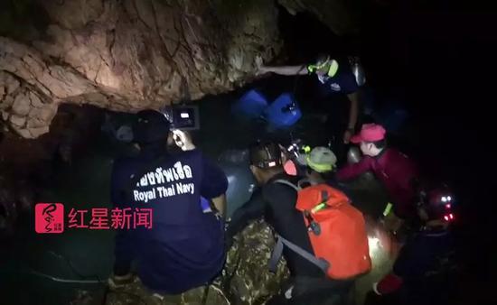 ▲救援人员在黑暗的洞穴和湍急的水流中进行搜救工作 受访者供图