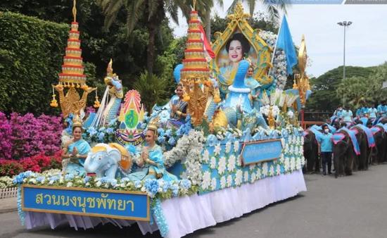 ·街头举行的王太后寿辰欢庆仪式。