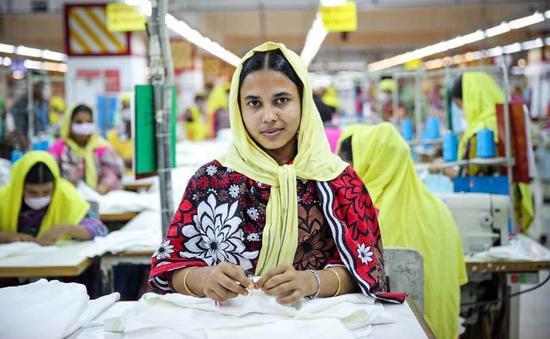 报道也提到了来自亚洲不同国家制衣厂中的女工遭遇。