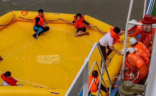 演习现场,救生艇上的人获救。