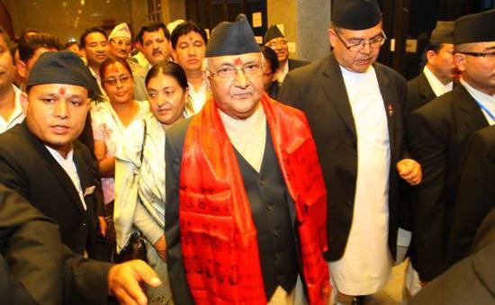 资料图:尼泊尔总理卡·普·夏尔马·奥利(中)新华社发