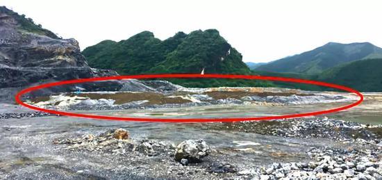 图7 清运至海螺水泥厂露天推存的危险废物