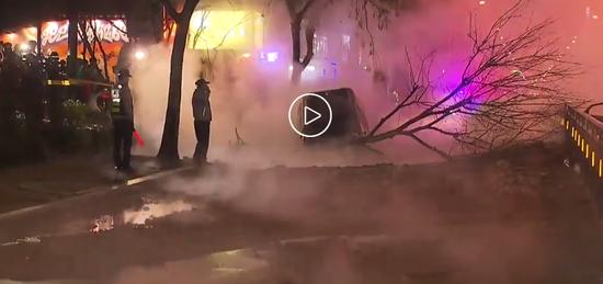 视频|韩国一处地下暖气管道爆裂 100摄氏度水柱