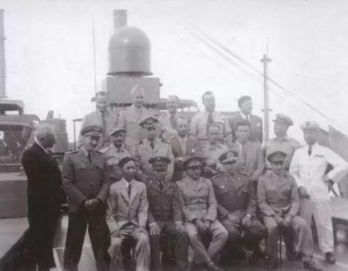 1946年赵忠尧以观察员身份参观美国试爆原子弹,前排左一为赵忠尧
