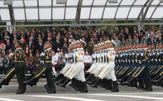 ▲中国人民解放军仪仗队参与白俄罗斯独立日阅兵仪式。