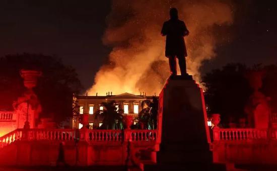 ▲9月2日,消防人员在奋力扑灭巴西国家博物馆的大火。(新华社发)