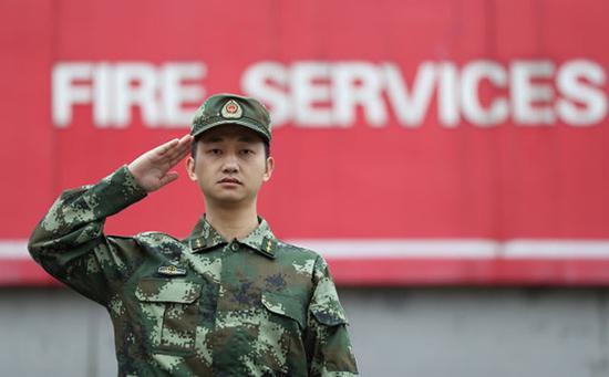 在贵州省凯里市的黔东南消防支队战勤保障大队工作的蒋雨航(5月7日摄)。新华社记者 江宏景 摄