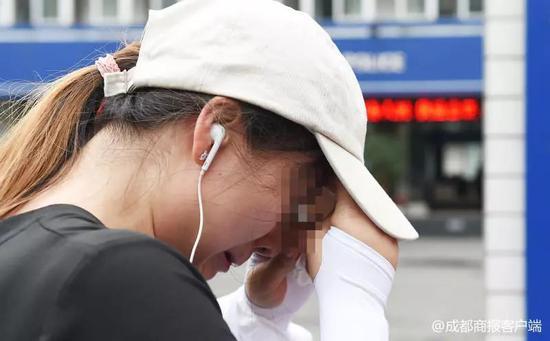 ▲一名女子今天刚刚知道事情真相,很痛苦。