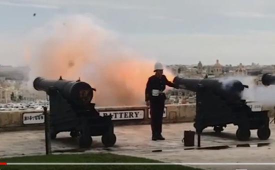 视频:鸽子飞过礼炮时被炮弹击中 瞬间灰飞烟灭