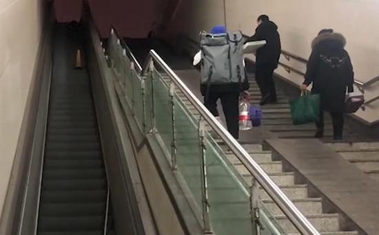 河南郑州火车站4部手扶电梯建成8年未投入使用。 视频截图