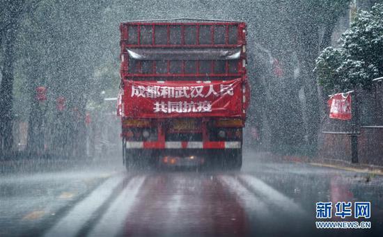 2月15日,输送成都会成华区捐赠武汉消毒液的卡车在武汉市区行驶。 新华社记者 王毓国 摄