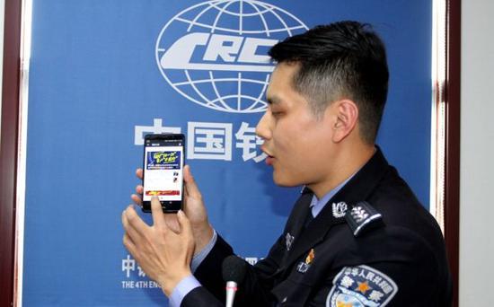 """西安户籍政策2.0版本,手机即可完成落户,民警向企业人员讲解""""掌上户籍室""""操作指南"""