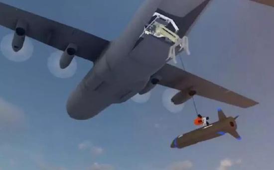 """在成功捕捉无人机后,C-130会将""""小魔怪""""拖回货舱或两侧主翼下,而无人机将折叠主翼,便于回收作业。"""