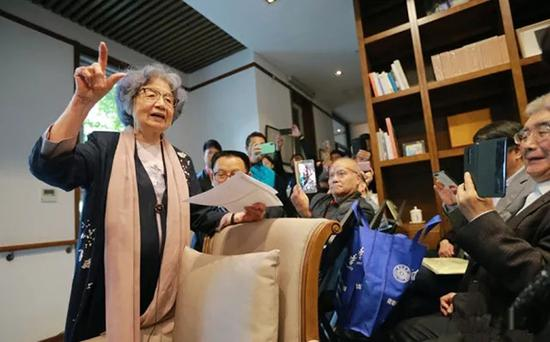 2018年4月22日,南开大学迦陵学舍里,叶嘉莹先生在第八届海棠雅集上吟诵诗词。