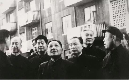 1978年9月20日,邓小平在中共天津市委第一书记林乎加(左二)等陪同下,视察天津市河北区黄纬路居民住宅建设工地