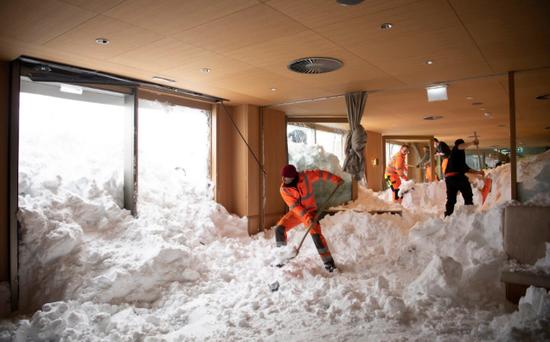 视频:暴雪横扫欧洲!瑞士一旅馆遭300米雪崩倒灌