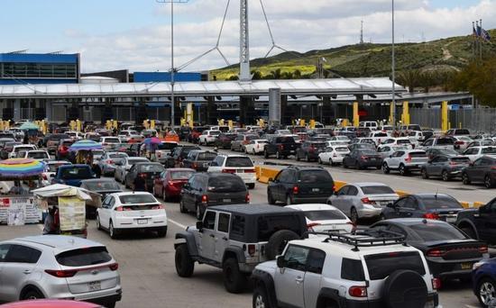△图为繁忙的美国和墨西哥陆路边境口岸