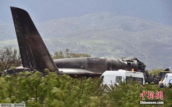 257名遇难者中包括10名机组人员,数名生还者则在军方医院接受治疗。副国防部长萨拉赫视察了坠机地点,并下令彻查坠机原因。图为坠机现场。