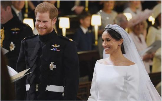 哈里王子和新娘梅根在婚礼上(英国《每日邮报》网站)