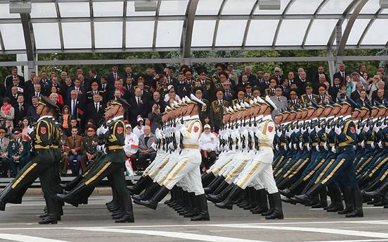 参加阅兵式的解放军仪仗队(图片来源:白俄罗斯通讯社)