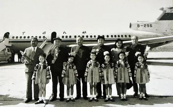1982年,以習仲勳(左三)爲團長,項南(左二)、鐵木爾·達瓦買提(左一)爲副團長的中國全國人大代表團訪問朝鮮。專機抵達平壤時,朝鮮兒童向代表團獻花。