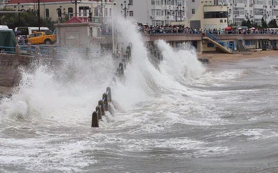 """台风""""利奇马""""的强大破坏力,对于我们的防灾减灾工作是一场严苛考验。图片来源:新京报网"""