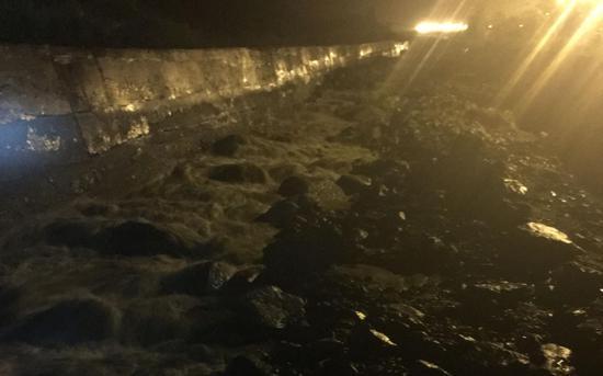 汶川强降雨引发泥石流 事发当晚河道涨水漫过桥面|汶川|泥石流