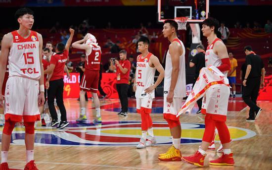 输球的中国男篮表情降低。新京报记者 吴江 摄